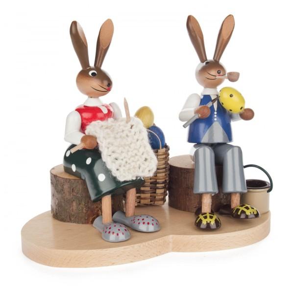 Hasenpaar auf Holzstamm
